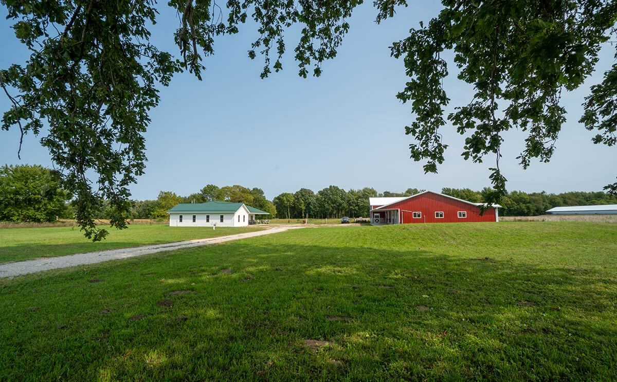 Real Estate Auction: Home and Large Pole Barn with Stables in Syracuse, Indiana